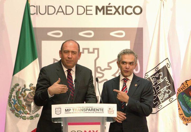 Uno de los primeros funcionarios del gabinete de Miguel Ángel Mancera (d) en ser evaluados es el titular de la PGJ capitalina,  Rodolfo Ríos Garza, quien en la foto aparece con el jefe de gobierno del DF. (Notimex)