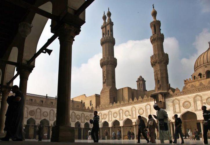 El presidente de Egipto, Abdul Fatá El Sisi, asegura que el Estado Islámico busca 'socavar el Islam como creencia'. En la imagen, musulmanes asistiendo a las oraciones diarias en una mezquita de El Cairo. (AP)