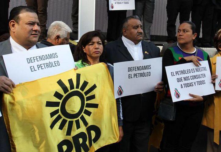 Perredistas organizaron una marcha en defensa del petróleo, rumbo al Senado de la República, donde entregaron más de un millón de firmas. (Notimex)