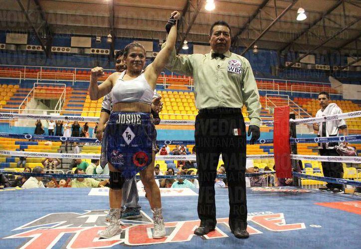 "La cancunense 'Veneno' derrotó a la chiapaneca ""Jacky"" Coutiño en pelea de box. (Foto: Raúl Caballero)"