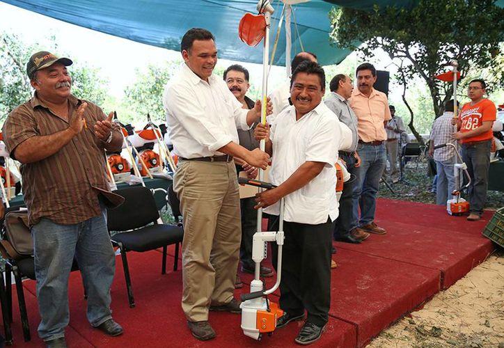 El gobernador Rolando Zapata Bello entregó apoyos a productores del sur de Yucatán. (SIPSE)
