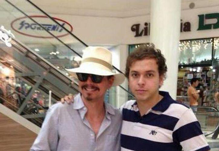Fotografía que circula por las redes de una persona muy parecida al actor de Hollywood, que estuvo esta semana en la Gran Plaza de Mérida. (Twitter)