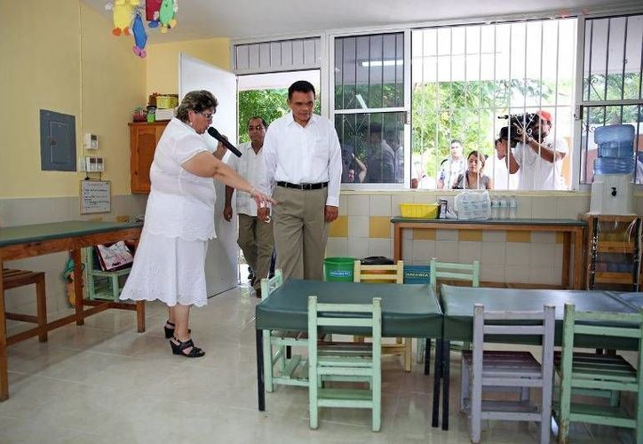 Ayer, el gobernador Rolando Zapata entregó a estudiantes de la primaria Vicente Guerrero los primeros trabajos de rehabilitación del programa Escuela Digna. (Cortesía)
