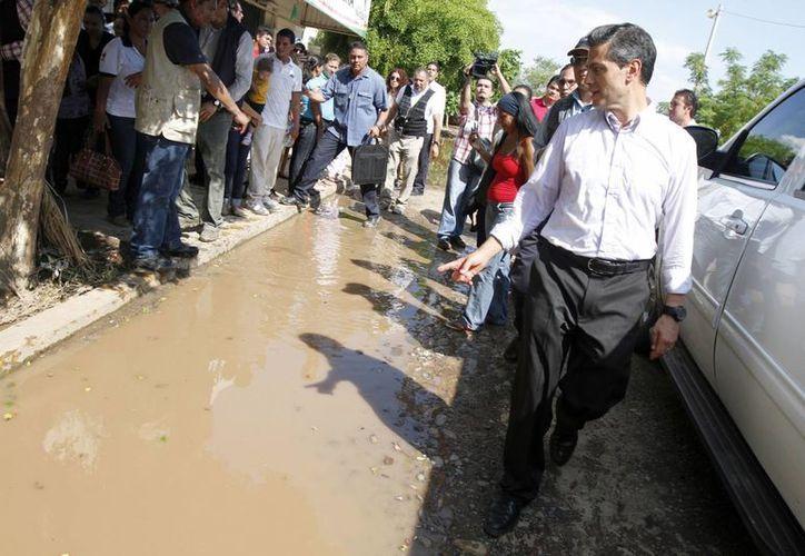 El presidente Enrique Peña Nieto visitó este domingo a damnificados en Navolato, Sinaloa. (Notimex)