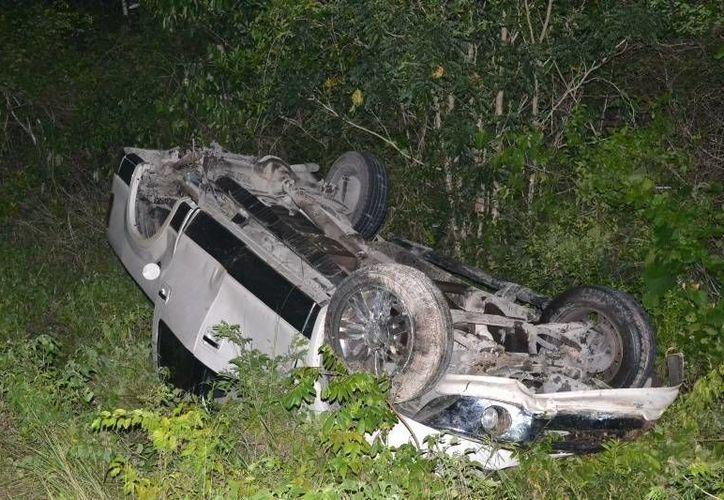 El aparatoso accidente dejo como consecuencias, dos lesionados, y pérdidas materiales. (Manuel Salazar/SIPSE)
