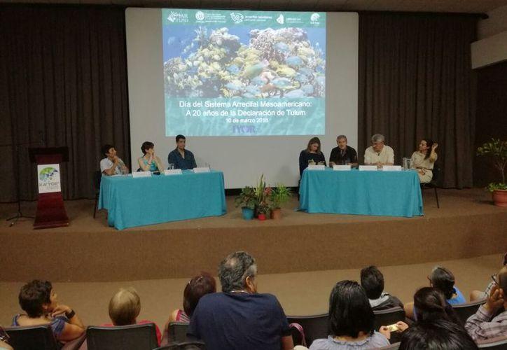En el recinto, varios expertos participaron en un interesante panel. (Sajhid Domínguez/SIPSE)