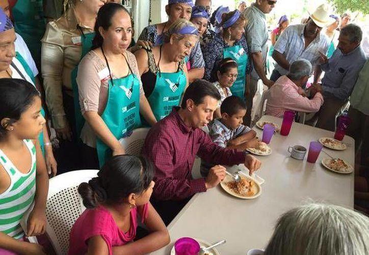 El mandatario federal visitó uno de los 30 comedores comunitarios que existen en la región de Apatzingán, durante su visita al estado michoacano. (Twitter. @PresidenciaMX)