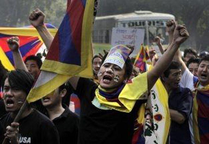 Un grupo de tibetanos protesta por el régimen que trata de imponer China. (Agencias)