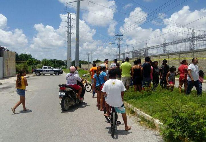 El cuerpo sin vida del joven fue encontrado en medio de uno de los carriles de la avenida. (Redacción/SIPSE)
