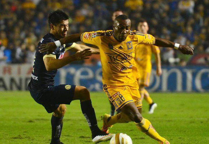 El ecuatoriano Joffre Guerrón (de amarillo) hizo en el segundo tiempo el gol que tiene a Tigres de la UANL más cerca del título, que todavía deben jugar como visitantes contra América, el próximo domingo. (Notimex)
