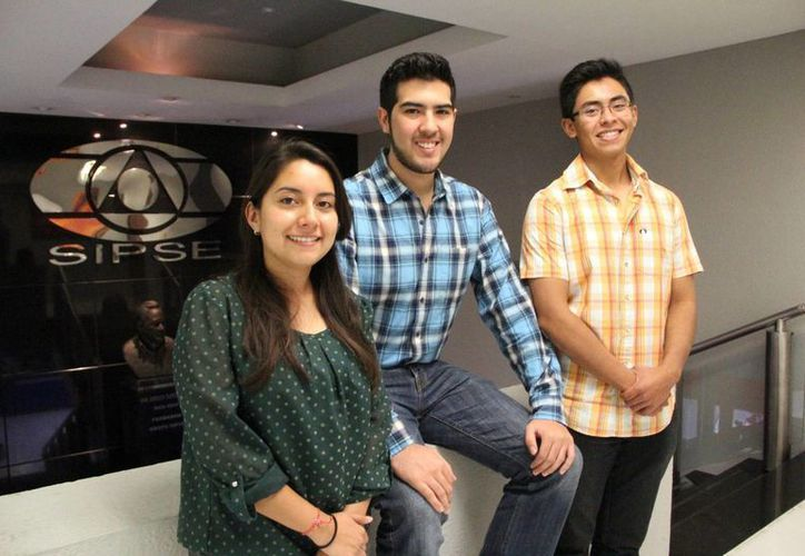 Maricarmen Balam Díaz, Juan Diego y David Ricardo Ojeda Correa, representan a un grupo conformado por 14 integrantes de la Escuela de Liderazgo y Ciudadanía. (Milenio Novedades)