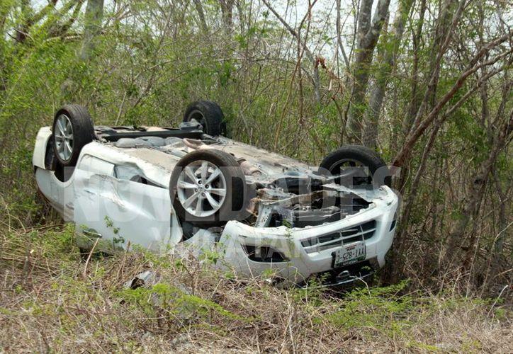 El automóvil Nissan rentado terminó en el monte. (Novedades Yucatán)