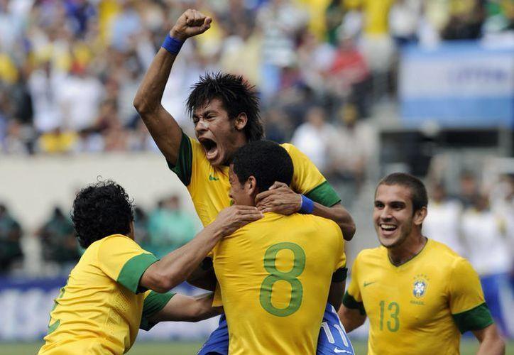 Confían en que Neymar y Lucas den a Brasil la contundencia que necesita para triunfar en el Mundial 2014. (Agencias)