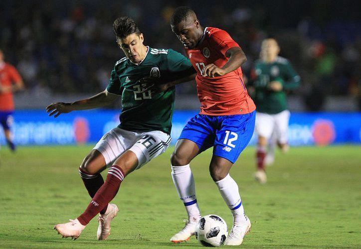 Jose Carlos Van Rankin (I) de Mexico y Joel Campbell (D) de Costa Rica durante el juego amistoso. (Jammedia)