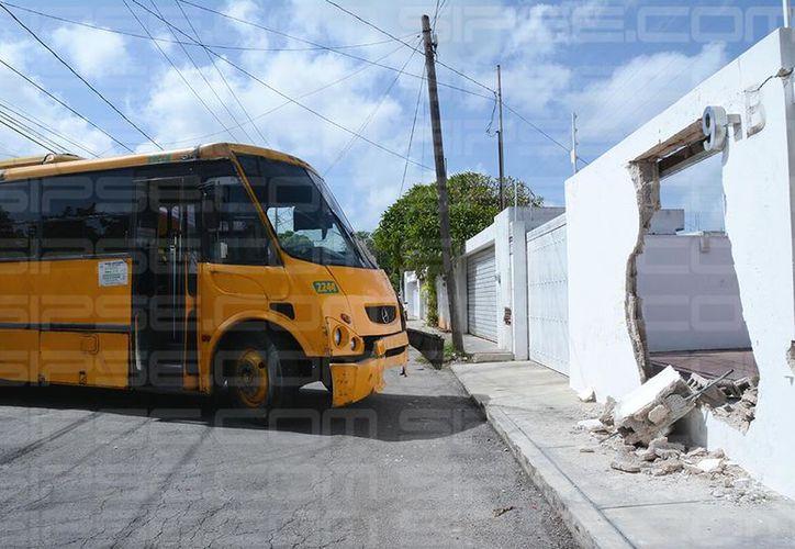 El fuerte impacto derribó parte del muro. (Victoria González/ SIPSE)