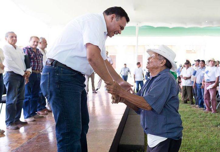 El domingo, Rolando Zapata entregó apoyos económcos a productores de fibra de henequén. (Cortesía)