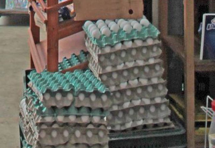 Ciferentes comerciantes de huevo comentaron que les llegó más barato, independientemente de la marca, pues las granjas que ofrecen abasto se ubican en Yucatán. (Ernesto Neveu/SIPSE)