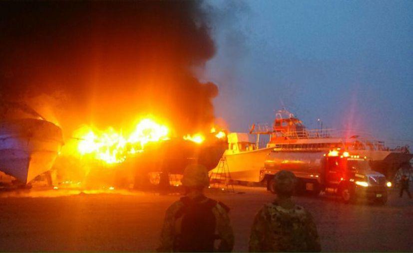 Incendio en un astillero de Yucalpetén, en Progreso, dejó hasta ahora dos embarcaciones siniestradas. (Gerardo Keb/Milenio Novedades)
