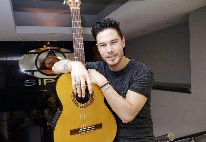 El músico Juan Solo habló del buen momento que atraviesa en su carrera. Se presentó ayer jueves en la Universidad Anáhuac. (Jorge Acosta/SIPSE)
