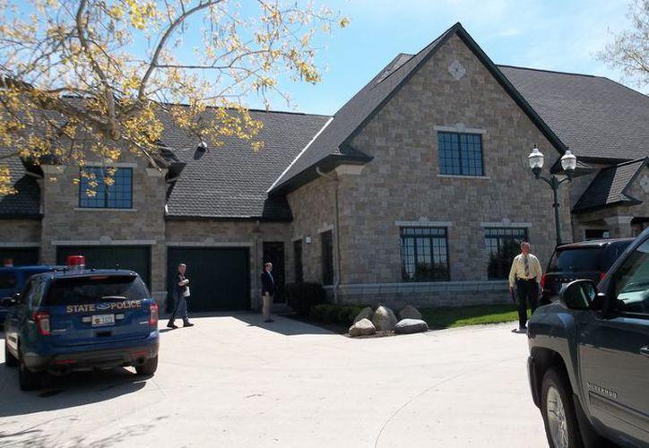 La policía registró la casa en presencia del sacerdote Jonathan Wehrle. (Usa Today)