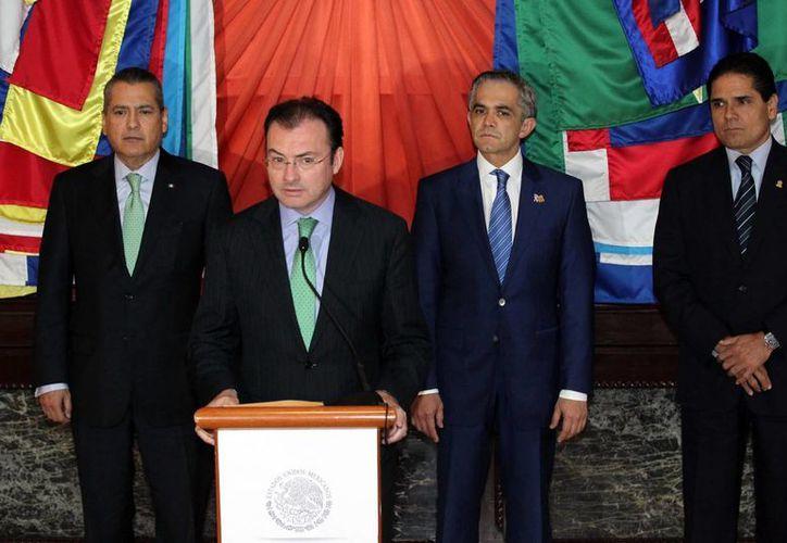 El secretario de Hacienda, Luis Videgaray Caso y el jefe del gobierno del DF, Miguel Mancera (c) al dar a conocer los acuerdos logrados. (Notimex)