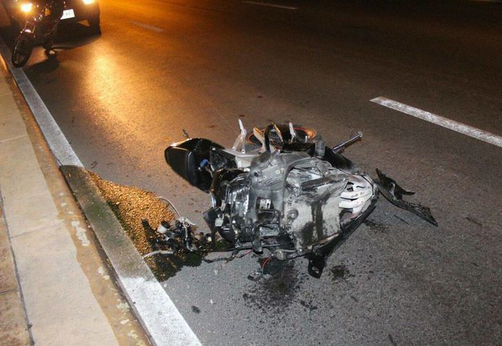 La motocicleta quedó destrozada sobre el pavimento. (Redacción)