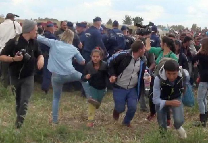 La camarógrafa húngara Petra Laszlo es captada en video pateando y haciendo tropezar a inmigrantes en un centro de registro cerca de Roszke, Hungría, el martes 8 de septiembre de 2015. (Foto AP/Index.Hu)