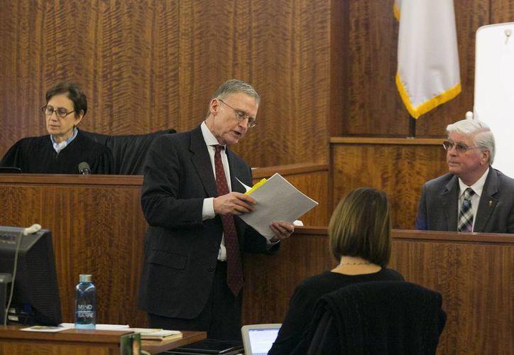 El abogado defensor Charles Rankin, de pie, durante el juicio en la Corte de Bristol, Massachussetts, contra el exjugador de la NFL, Aaron Hernandez, por el crimen contra Odin Lloyd. (Foto: AP)
