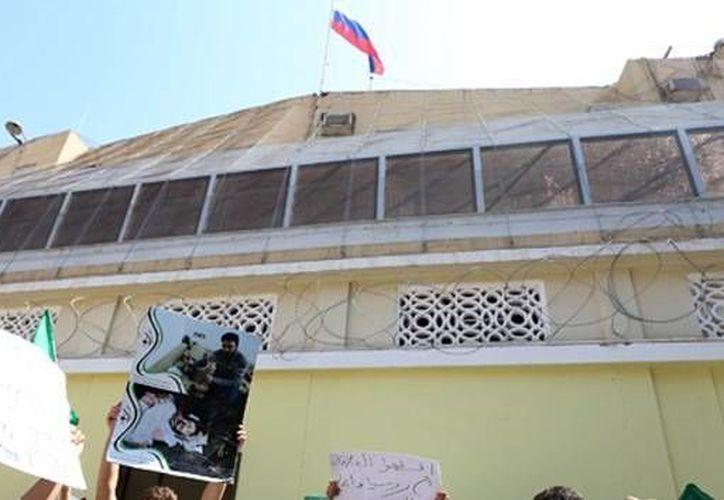 Las fuerzas de seguridad libia se afanan ahora por encontrar a los autores del atentado, cuya identidad aún no ha sido determinada. (actualidad.rt.com/AFP)