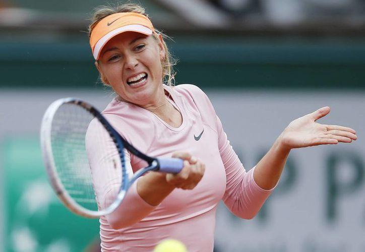 Sharapova, séptima preclasificada, comenzó con el pie derecho en el Roland Garros. (EFE)