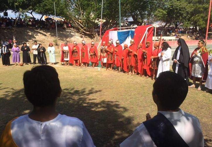 Realizan una oración antes de dar inicio a la representación. (Stephani Blanco/SIPSE)