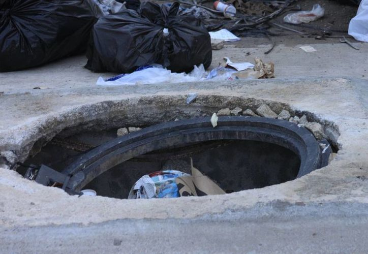En el último mes se reportaron 50 robos de tapas de alcantarillas. (Harold Alcocer/SIPSE)