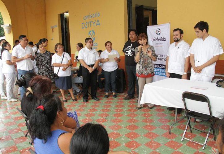 Estudiantes de la Uady llegaron con apoyo del DIF Estatal a Dzitya para brindar diversos servicios a la comunidad, entre ellos sobre salud y leyes. (Foto cortesía del Gobierno de Yucatán)