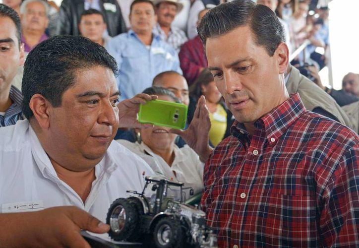 Peña Nieto encabezó la entrega de tractores y apoyos en la comunidad michoacana de La Goleta, en el municipio de Charo. (Presidencia)
