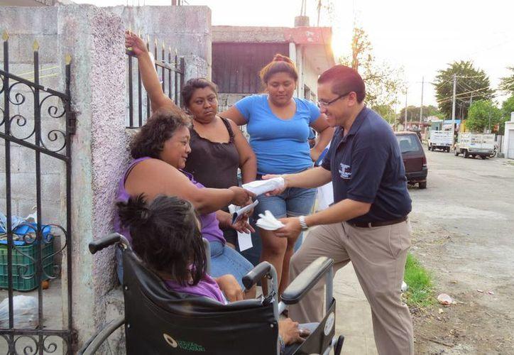 Víctor Hugo Lozano Poveda, candidato del PAN a diputado por el IV Distrito, saluda a vecinos durante uno de sus recorridos. (SIPSE)