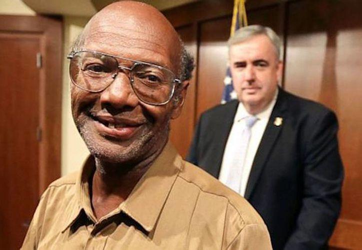 Glen James devolvió una mochila con  2,400 dólares en efectivo y 39,500 dólares en cheques de viaje. (Agencias)