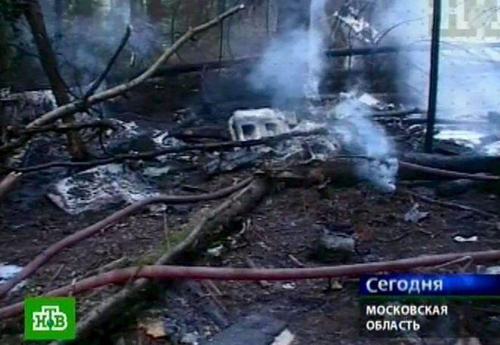 Imágen de archivo de un avión de carga An-12 accidentado a las afueras de Moscú, el 29 de julio de 2007. (EFE/Archivo)