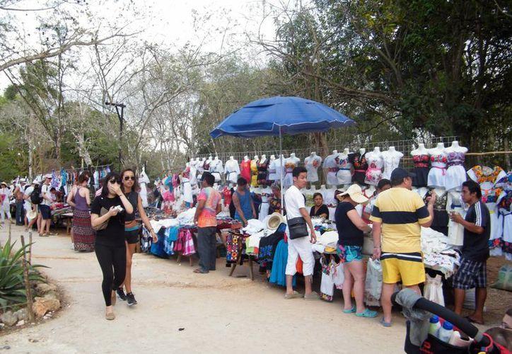 Más de mil ambulantes acosan a los turistas, según el presidente de la Asociación Mexicana de Hoteles de Yucatán. (Milenio Novedades)