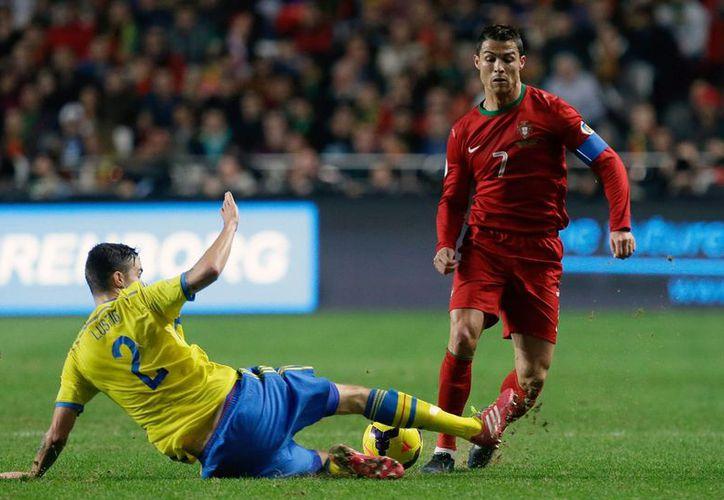 Cristiano Ronaldo logra romper la férrea defensa sueca para colocar a su selección a las puertas de la fiesta grande. (Agencias)