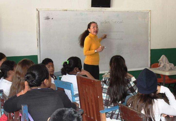 Derechos Humanos reforzará las pláticas en estudiantes para abatir el aislamiento que genera el uso de celulares en las escuelas. (Daniel Pacheco/SIPSE)