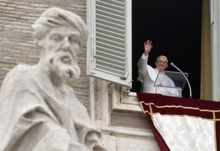 El papa Francisco saluda a la multitud congregada en la plaza de San Pedro. (EFE)