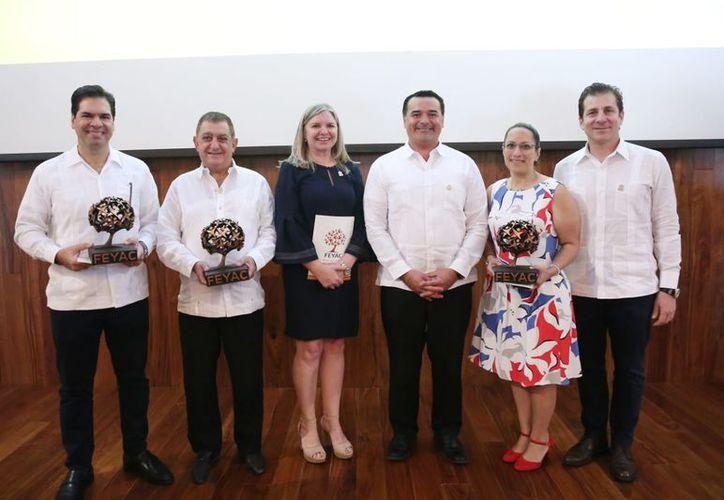 """Renán Barrera, con galardonados con """"Alianzas que Dan Frutos"""". (Novedades Yucatán)"""