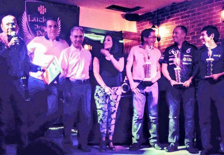 Los ganadores muestran orgullosos sus trofeos. (Raúl Caballero/SIPSE)