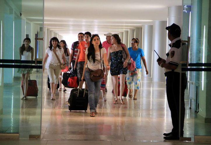 Esperan el arribo de 100 mil paseantes en el aeropuerto de Mérida con motivo de la temporada decembrina. (José Acosta/SIPSE)