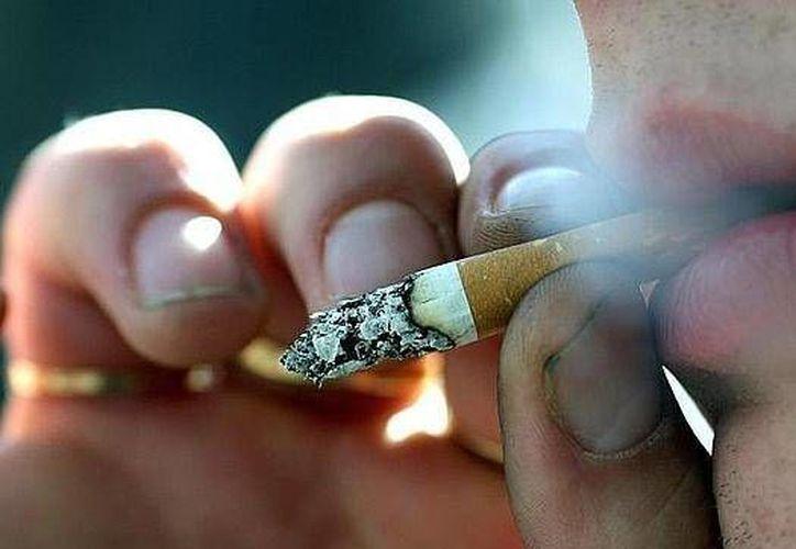 Un estudio de la OMS reveló que los jóvenes de países con bajos recursos económicos son más propensos a hacerse adictos al tabaco. Entre 2009 y 2012 se observó que las naciones más pobres había 81 veces más publicidad de cigarrillos en las calles que en las más avanzadas. (Archivo AP)