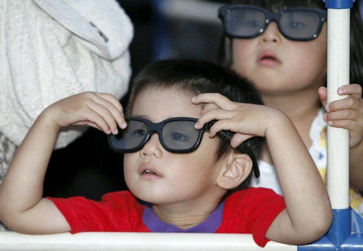 """Las gafas 3D deben ser abonadas por quienes quieran ser """"testigos excepcionales"""" de la subida a los altares de Juan Pablo II y Juan XXIII. (Archivo/EFE)"""