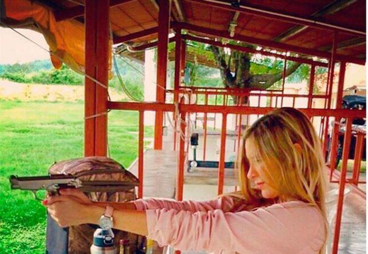 Ileana Salas, la novia de Alan Pulido, en el campo de tiro perfeccionando su puntería y precisión con las armas (@Ileanasalasl)