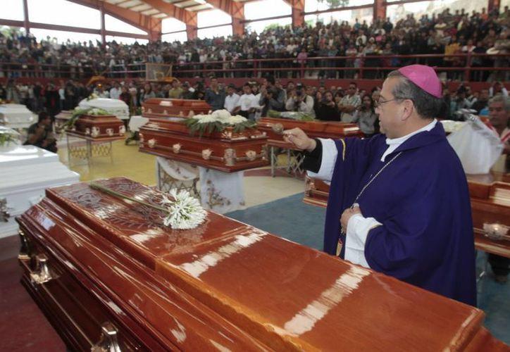 El obispo Francisco Moreno destacó que la pirotecnia es parte importante de las celebraciones religiosas, pero es necesario mejorar la seguridad al manejarla. (Notimex)