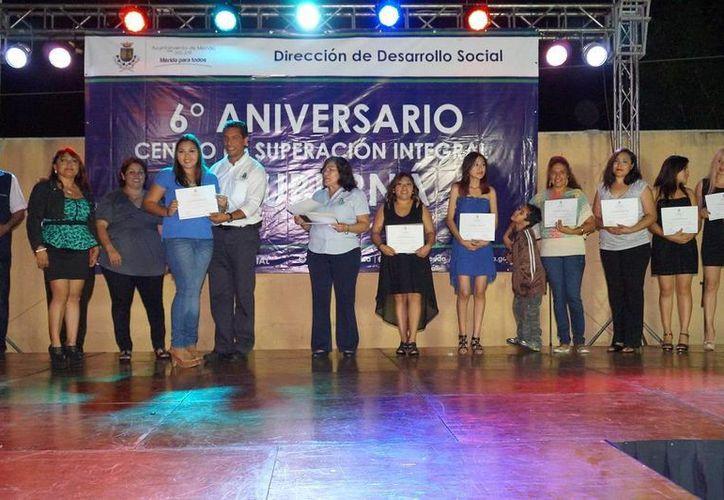 El Centro de Superación Integral 'Consuelo Andrade' de Chuburná de Hidalgo celebró seis años. En la imagen, las alumnas que participan en los talleres. (SIPSE)