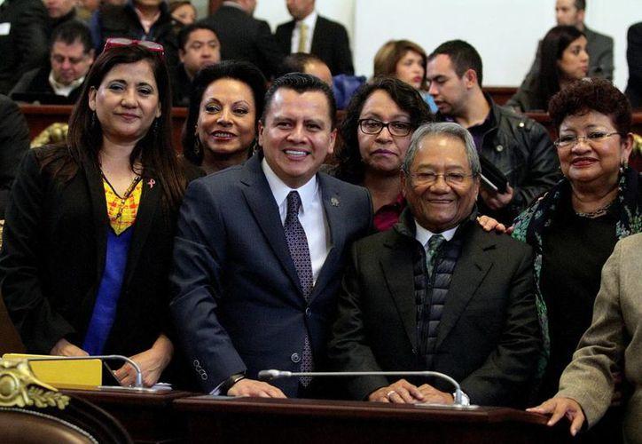 Armando Manzanero, que en febrero estrenará un disco, aparece en esta foto (a la derecha) durante la entrega de reconocimientos en la ALDF por la contribución al Desarrollo del Arte y Cultura en la Ciudad de México. (Foto de archivo de Notimex)